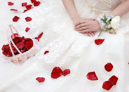 婚戒与美甲的搭配技巧|7种婚戒与美甲搭配的方案推荐